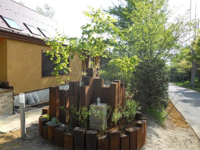 枕木、花壇、門柱
