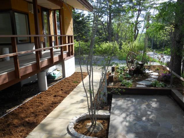 石貼り、花壇、枕木、トネリコ