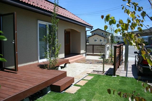 ウッドデッキ、芝生、ガーデン