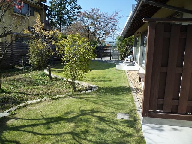 芝生、木曽石並べ